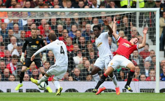 Ki Sung-Yeung of Swansea City scores the opening goal during the Barclays Premier League match between Manchester United and Swansea City at Old Trafford