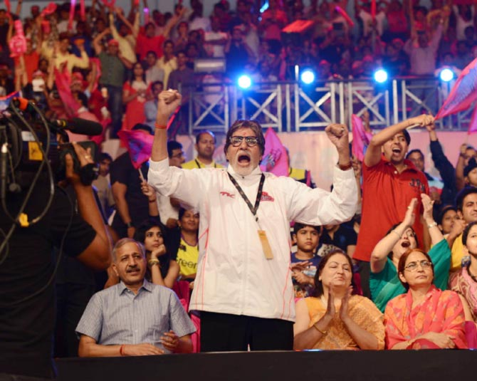 Amitabh Bachchan cheers for Pink Panthers