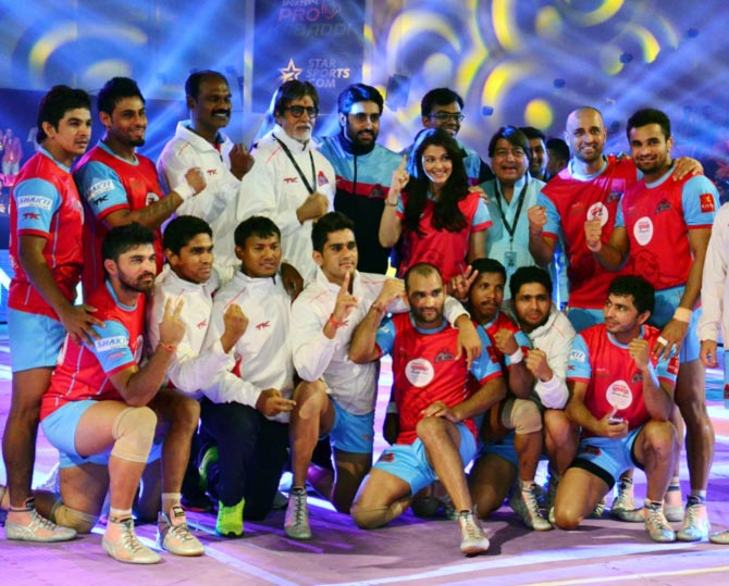 Amitabh Bachchan, Abhishek and Aishwarya celebrate with the Pink Panthers after the match