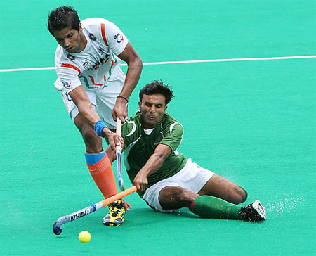 Rupinder Pal Singh of India gets tackled by Muhammad Kashif Ali of Pakistan