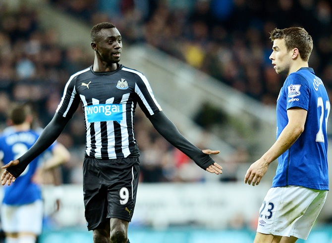 Papiss Demba Cisse of Newcastle United exchanges words with Seamus Coleman of Everton