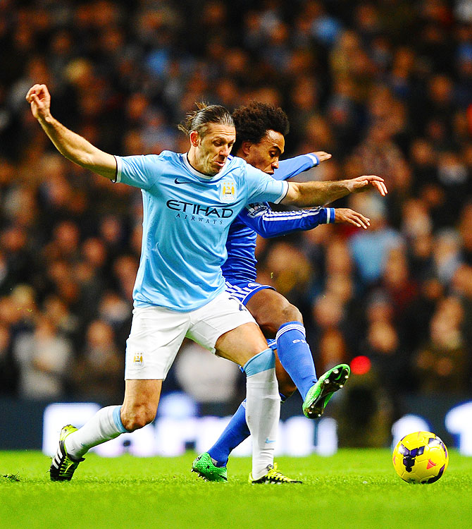 Martin Demichelis of Manchester City and Willian of Chelsea vie for the ball on Monday