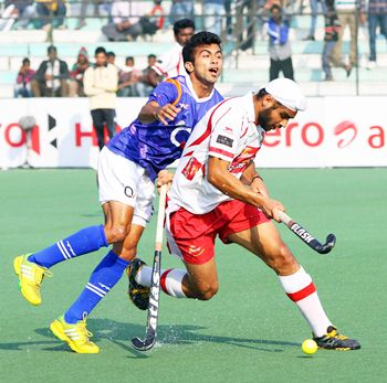Mumbai's Gurjinder Singh battles for posession