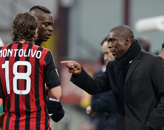 Head coach AC Milan Clarence Seedorf talks to Mario Balotelli and Riccardo Montolivo.