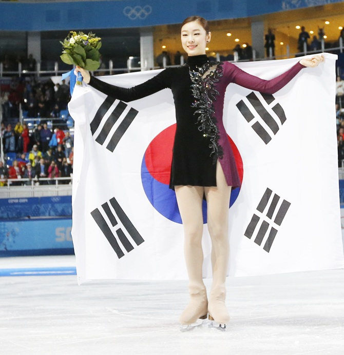 Korea's Yuna Kim celebrates with her flag after the flower ceremony.