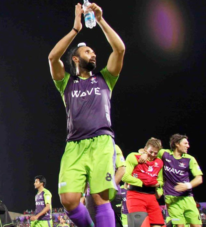 Sardara Singh of Delhi Waveriders waves to the crowd