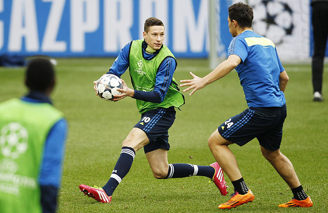 Schalke 04's Julian Draxler catches a ball during a training session in Gelsenkirchen on Tuesday