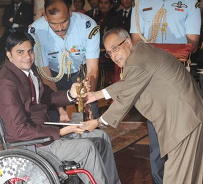President of India Pranab Mukherjee presents the Arjuna Award to Amit Kumar Saroha for Athletics (Para)