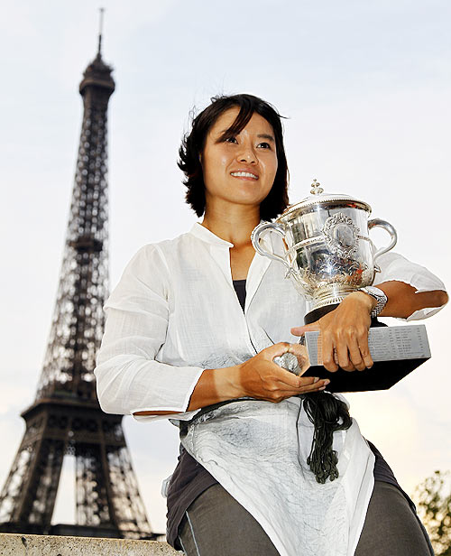 Li Na of China poses with her trophy near the Eiffel Tower
