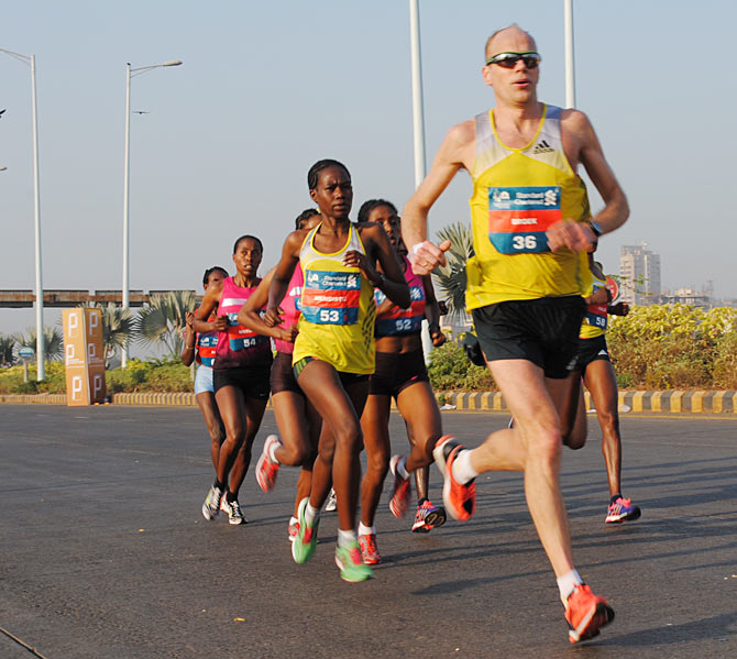 Elite runners near the half mark near the Bandra-Worli sea link