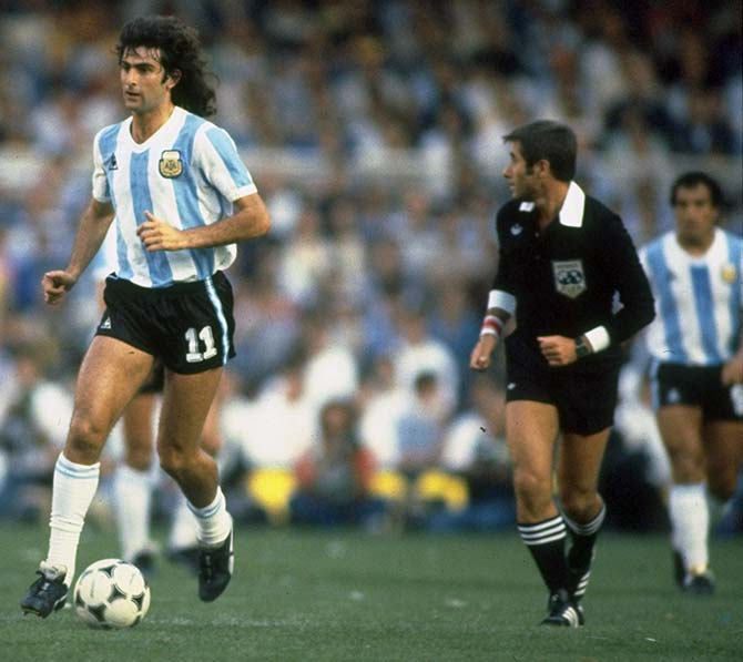 Mario Kempes (centre) of Argentina runs with the ball during the 1978 World Cup