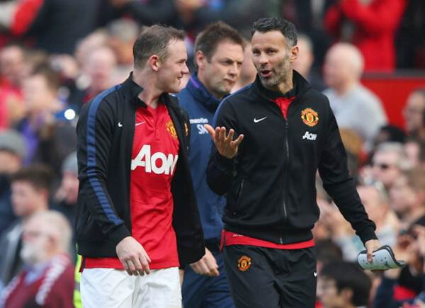 Manchester United's Wayne Rooney walks off with Ryan Giggs (right)