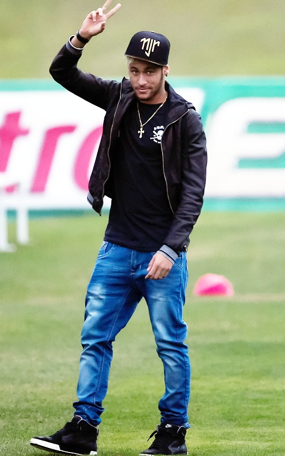 Neymar arrives during a training session of the Brazilian national football team at   the squad's Granja Comary training complex, on July 10, 2014 in Teresopolis