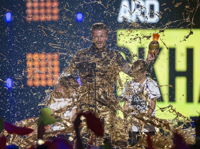 Rediff Sports - Cricket, Indian hockey, Tennis, Football, Chess, Golf - PHOTOS: Beckham slimed as he leads honours at Nick Sports awards!
