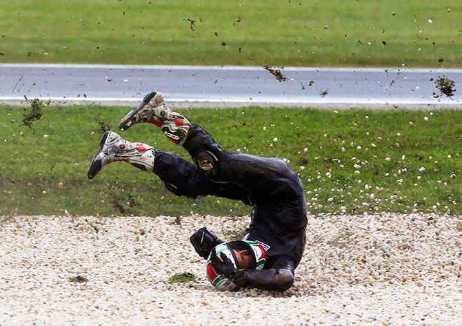Jordan Zamora of Australia crashes
