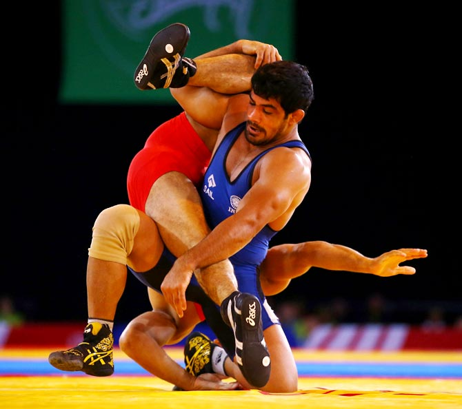 Sushil Kumar of India (blue) on his way to beating Qamar Abbas of Pakistan