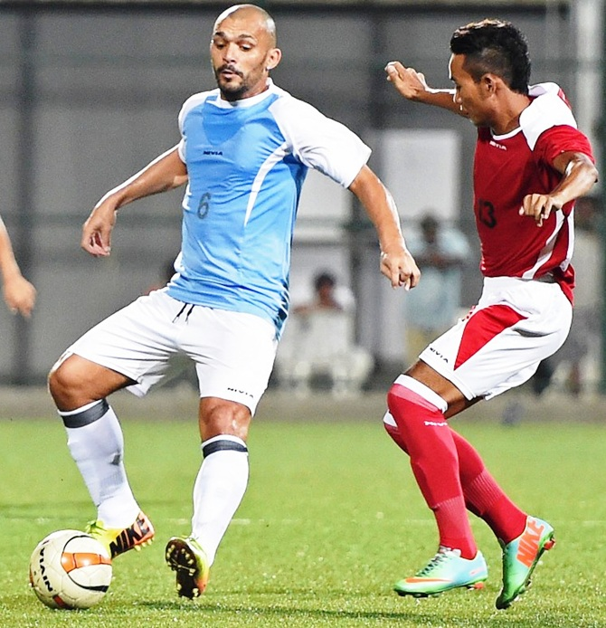 Beto (left) in action during an I-League match