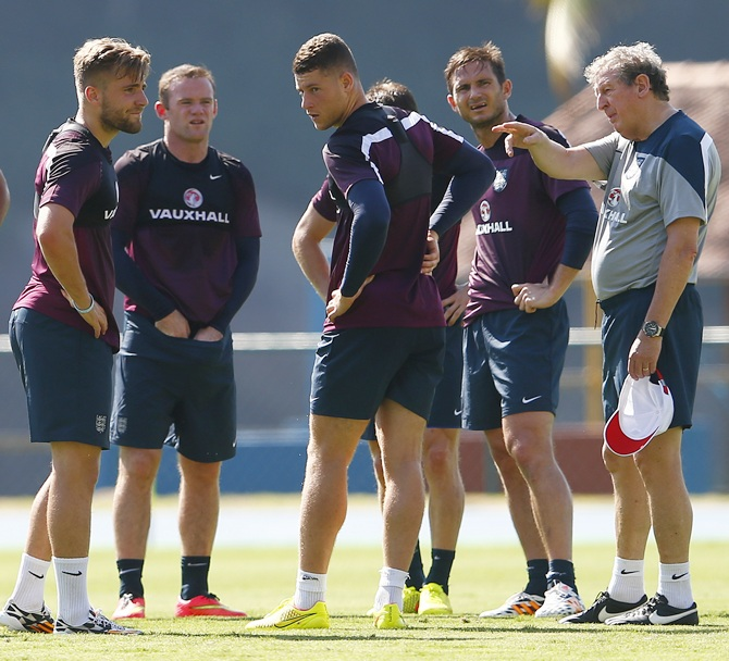 England's manager Roy Hodgson,right, speaks to Luke Shaw,left, Wayne Rooney, Ross Barkley and Frank Lampard
