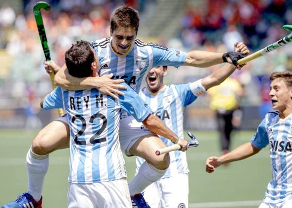 Argentina's player Gonzalo Peillat (centre) celebrates after scoring.