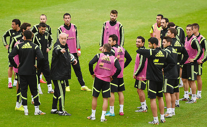 Head coach Vicente Del Bosque of Spain gives instructions to his players during a training session at the Centro de Entrenamiento do Cajuin Curitiba, Brazil