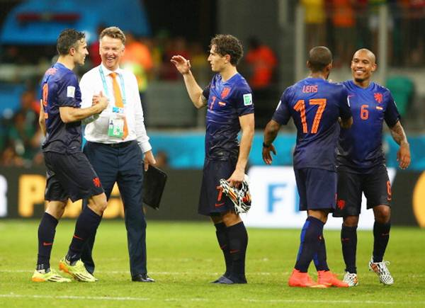 The Netherlands head coach Louis van Gaal and Robin van Persie celebrate victory