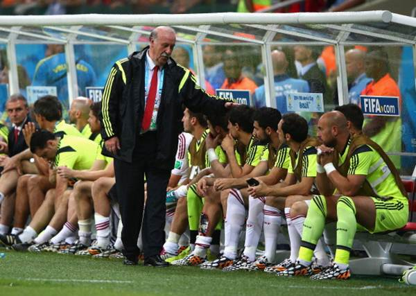 Spain's head coach Vicente del Bosque consoles his players after defeat
