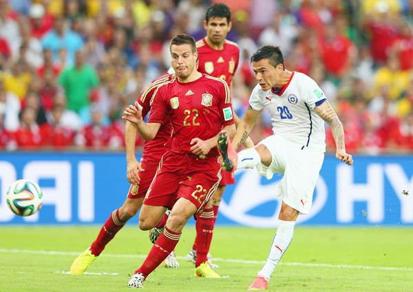 Charles Aranguiz scores Chile's second goal