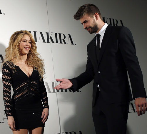 Colombian singer Shakira and Barcelona's soccer player Gerard Pique (R) pose during a photocall presenting her new album Shakira
