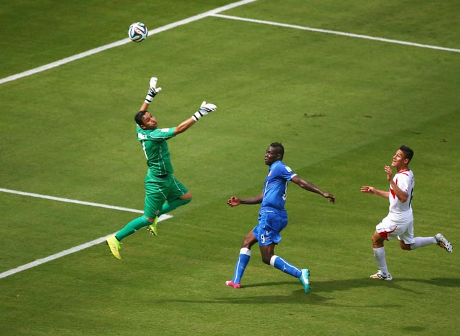 Italy striker Mario Balotelli (centre) shoots wide past goalkeeper Keylor Navas of Costa Rica