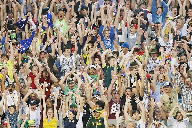 The crowd perform a mexican wave at the MCG