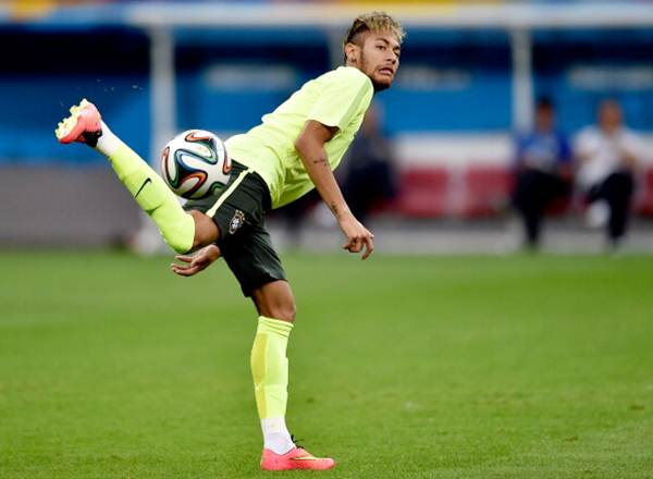 Neymar trains at Mane Garrincha stadium in Brasilia