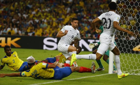 France's Olivier Giroud, centre, tries to score past Ecuador's goalkeeper Alexander Dominguez
