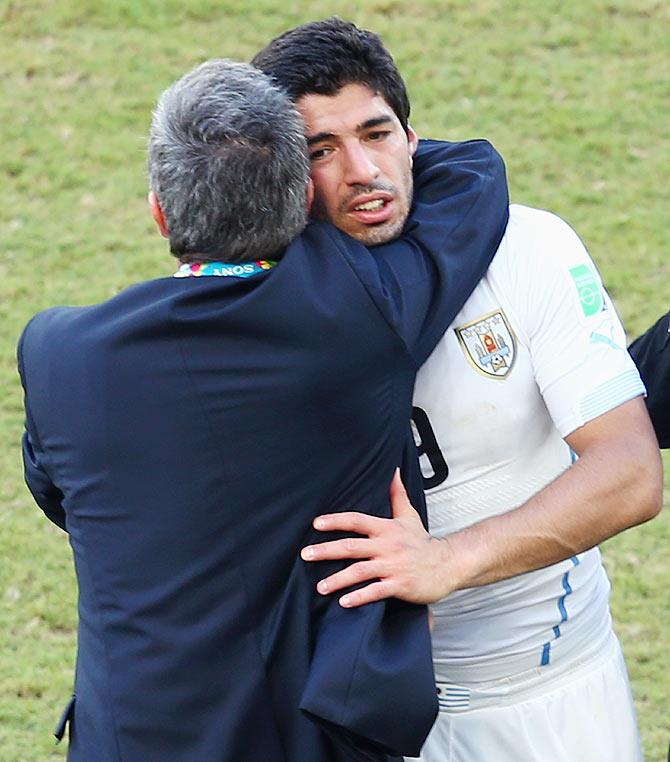 Head coach Oscar Tabarez of Uruguay hugs Luis Suarez