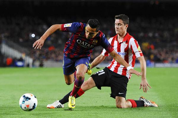 Ander Herrera of Athletic Club tackles Alexis Sanchez of FC Barcelona during a La Liga match