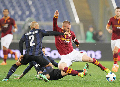 Daniele De Rossi (right) of AS Roma competes for the ball with Jonathan and Ricardo Alvarez of Inter Milan during their Serie A match at Stadio Olimpico in Rome on Saturday
