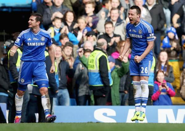 Chelsea's Frank Lampard (L) celebrates with John Terry as he scores their first goal during the Barclays Premier League match against Everton at Stamford Bridge on February 22, 2014