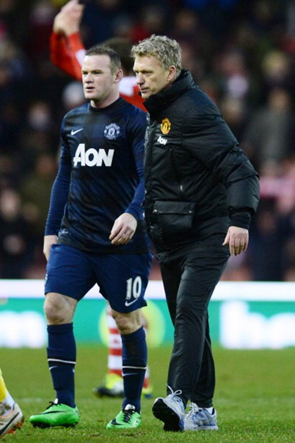David Moyes, manager of Manchester United walks off with Wayne Rooney after the Barclays Premier League match against Stoke City at Britannia Stadium on February 1, 2014
