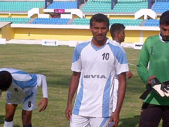 Paresh Shivalkar of Maharashtra, centre.