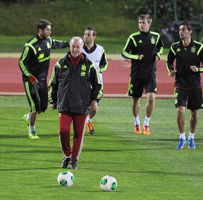 Spain head coach Vicente del Bosque oversees a training session.