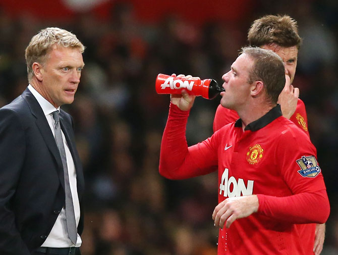 Manchester United Manager David Moyes speaks to Wayne Rooney.