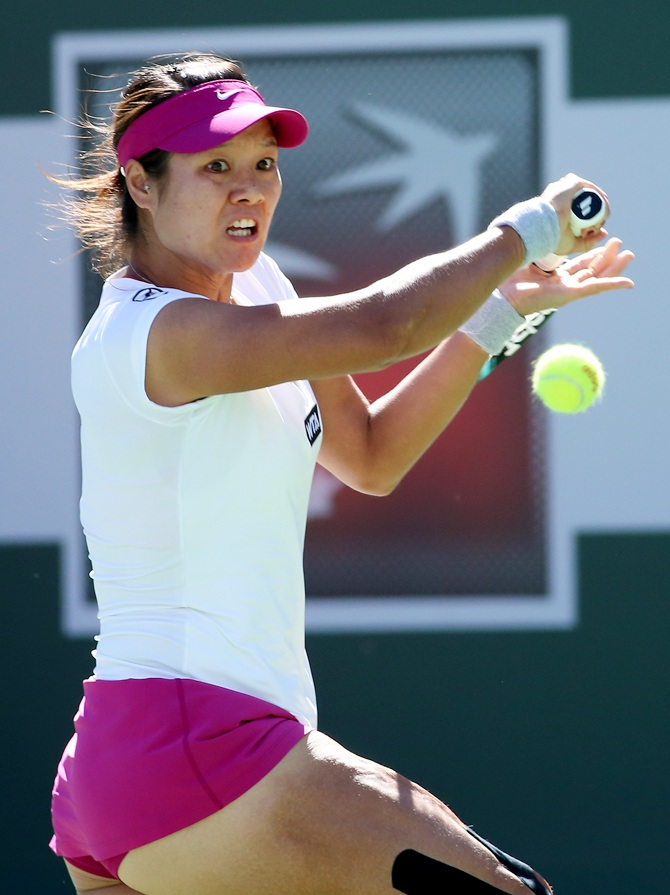 Li Na of China hits a return to Karolina Pliskova of the Czech Republic