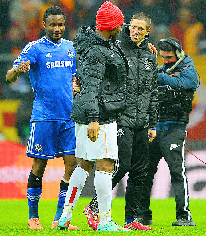 Didier Drogba of Galatasaray hugs Fernando Torres of Chelsea at the final whistle during the UEFA Champions League Round of 16 first leg match on February 26