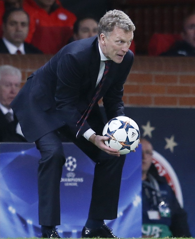 Manchester United's coach David Moyes instructs his players
