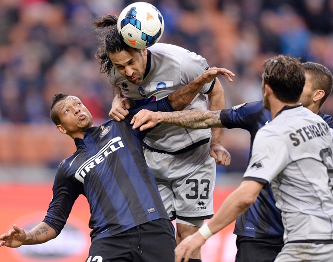 Fredy Guarin of FC Inter Milan and Mario Yepes of Atalantacompete for the ball