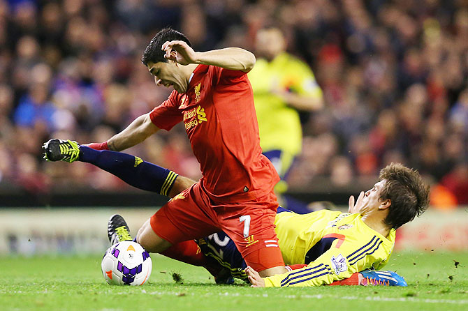 Sunderland's Santiago Vergini fouls Liverpool's Luis Suarez during their match on Wednesday