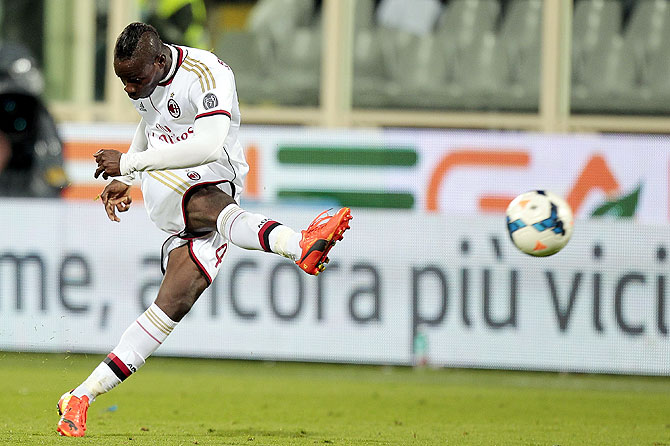 Mario Balotelli of AC Milan in action against ACF Fiorentina during the serie A match at Stadio Artemio Franchi in Florence, Italy on Wednesday