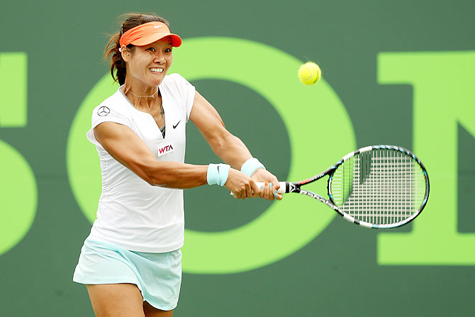 Li Na of China returns a sbot to Serena Williams on Saturday