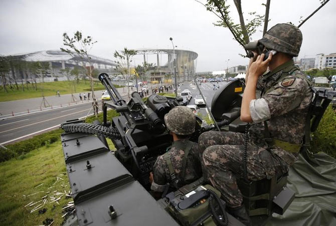 South Korean soldiers take part in an anti-terror drill ahead of the 2014 Incheon Asian Games at the Incheon Asiad Main Stadium in Incheon on August 6, 2014.