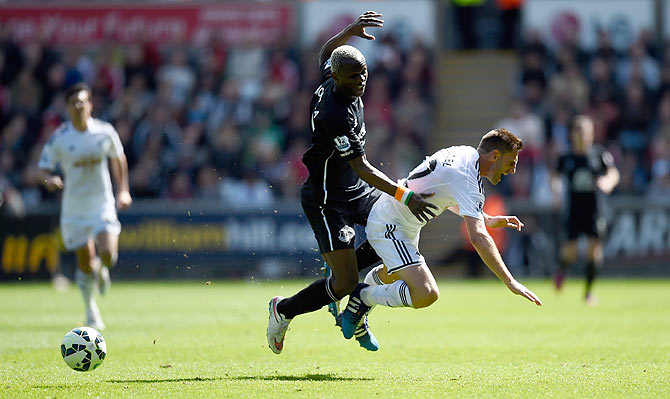 Everton player Arouna Kone (l) challenges Angel Rangel of Swansea during the Barclays Premier League match between Swansea City and Everton at Liberty Stadium on April 11, 2015 in Swansea, Wales