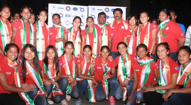 Rediff Sports - Cricket, Indian hockey, Tennis, Football, Chess, Golf - Drums and loud cheers welcome Indian women's hockey team